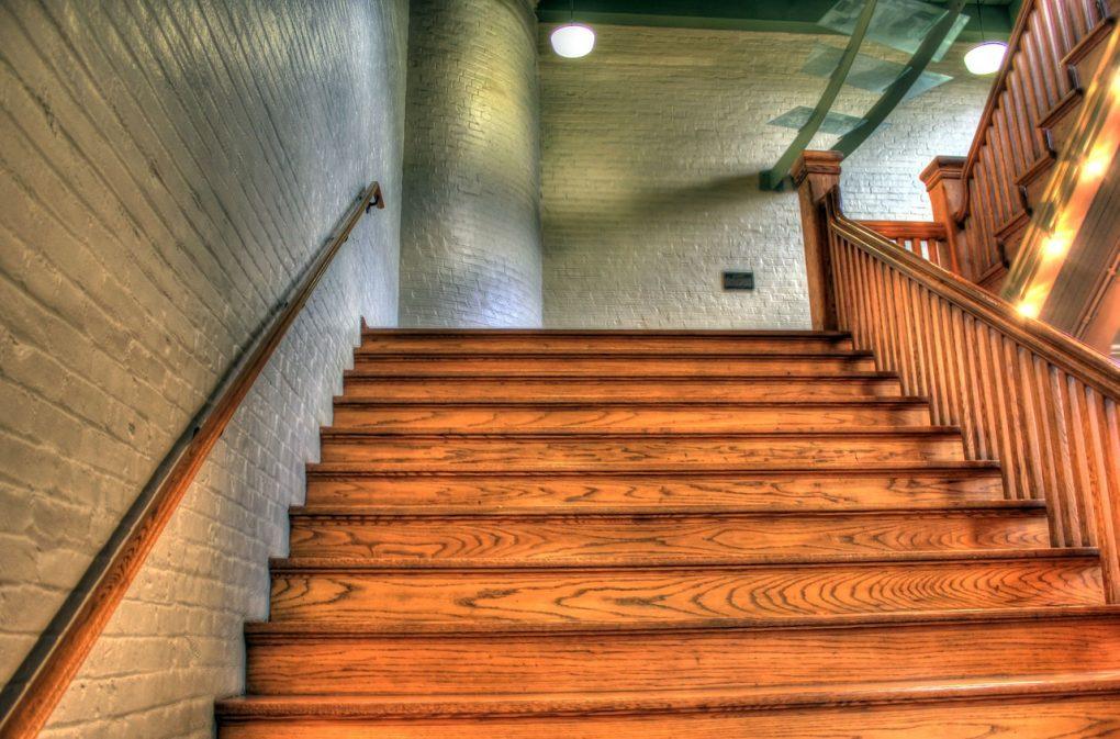 Öka värdet på ditt hus med snygga trätrappor inomhus
