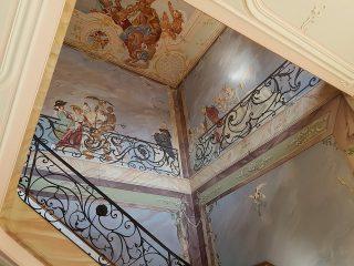 Höj värdet på fastigheten genom att anlita ett företag för trapphusmålning
