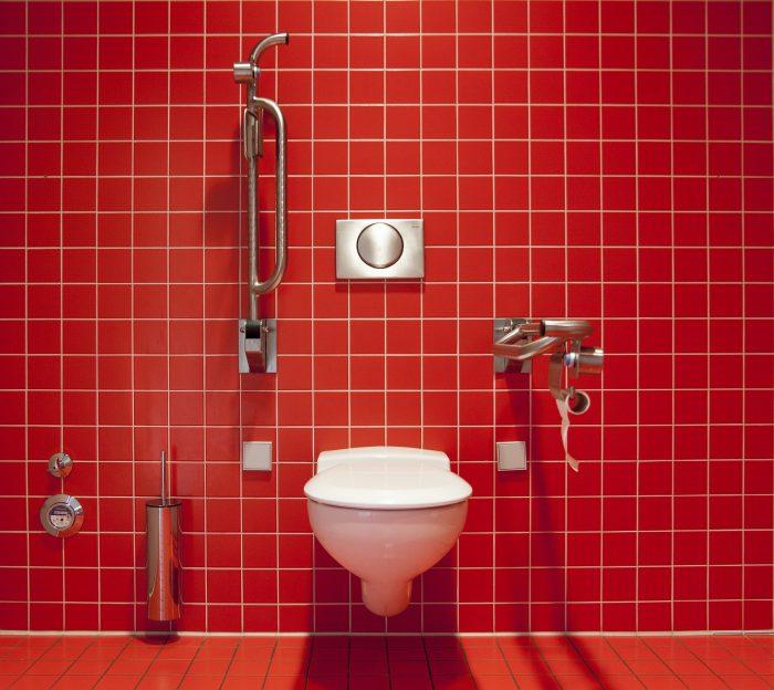 Enkel och smart montering för toalett cistern med intelligenta detaljlösningar