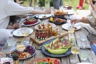 Catering i Stockholm gör det enklare att fokusera på dina vänner istället för maten