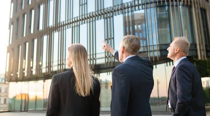 Fastighetsförvaltare diskuterar fastighetsuppgifterna med kollega | Artikelhubben